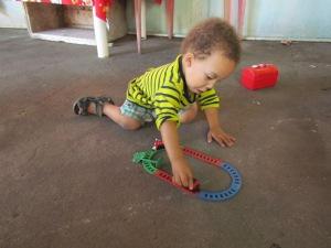 Brincando com o trem que ganhou do Vovô Chico.