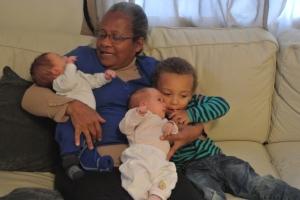 Segurar 3 crianças ao mesmo tempo é complicado mesmo pra vovó experiente.